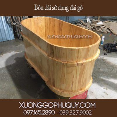 Bồn tắm gỗ dài có đai bằng gỗ