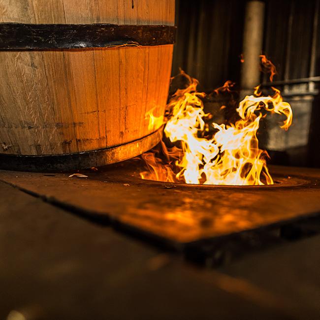 Đốt lửa bên trong thùng gỗ sồi